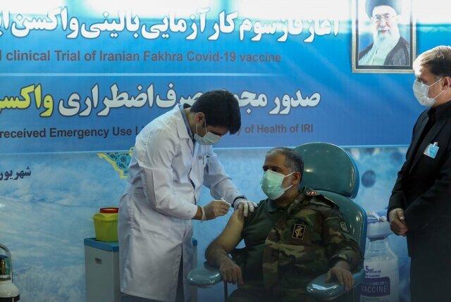 تصویری از تزریق واکسن فخرا به یکی از مسوولین وزارت دفاع
