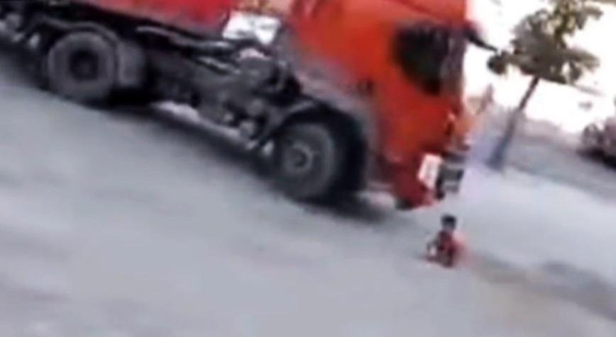 زیر گرفتن دلخراش بچه ۶ ساله توسط راننده تریلی/ ویدئو
